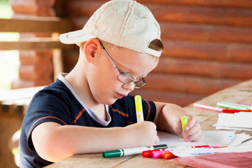 Dreng tegner med tuscher - frikirkers retningslinjer for børn og unge