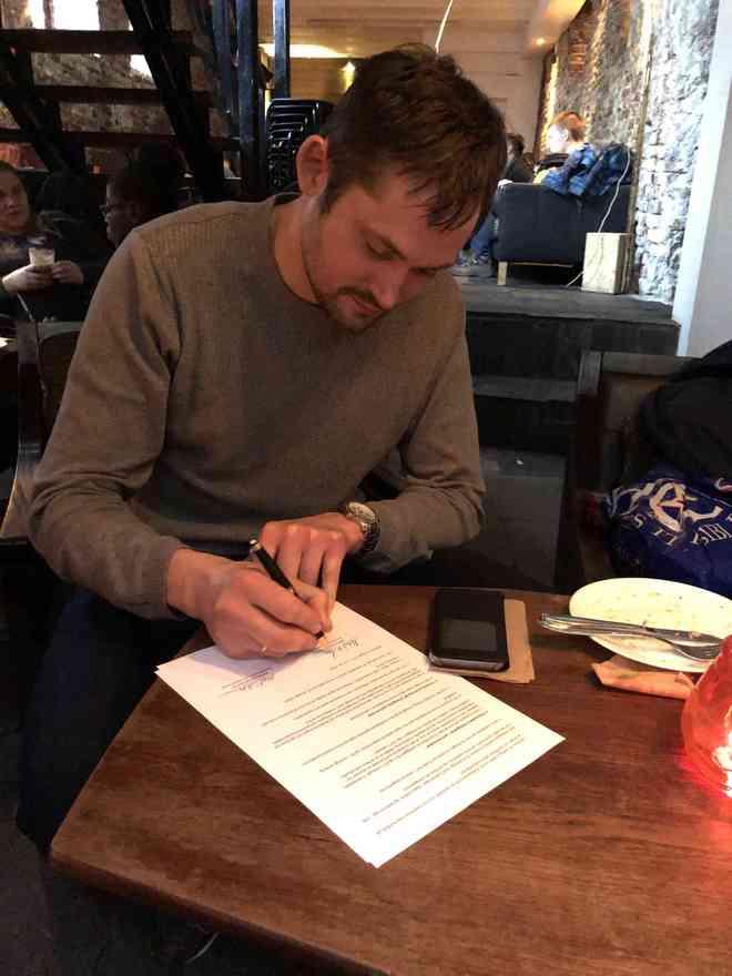 Generalsekretær Mikael Wandt Laursen skriver partnerskabsaftalen mellem FrikirkeNet og KLF, Kirke & Medier under